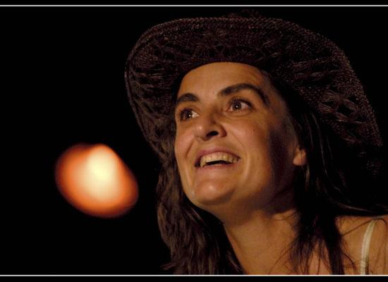 Anne His jouant le spectacle l'Inattendu de La Boîte à Coulisses